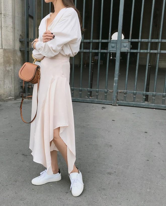 20 gợi ý cho thấy sneakers trắng chính là đôi giày thiên biến vạn hóa đẹp quên sầu với đủ mọi set đồ - ảnh 17