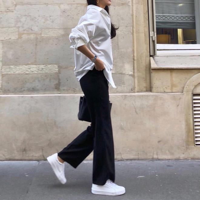 20 gợi ý cho thấy sneakers trắng chính là đôi giày thiên biến vạn hóa đẹp quên sầu với đủ mọi set đồ - ảnh 18