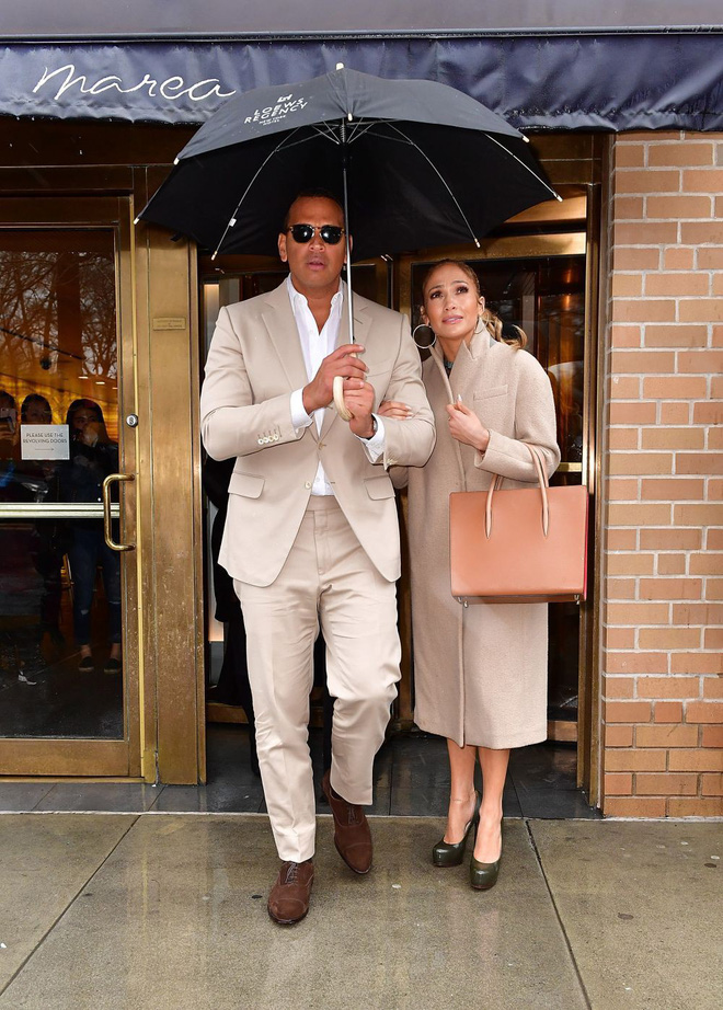 Cách Jennifer Lopez cùng bồ trẻ chứng minh tình yêu: Diện đồ tông xuyệt tông với nhau bất cứ khi nào có thể - ảnh 3