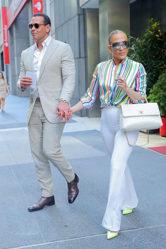 Cách Jennifer Lopez cùng bồ trẻ chứng minh tình yêu: Diện đồ tông xuyệt tông với nhau bất cứ khi nào có thể - ảnh 4