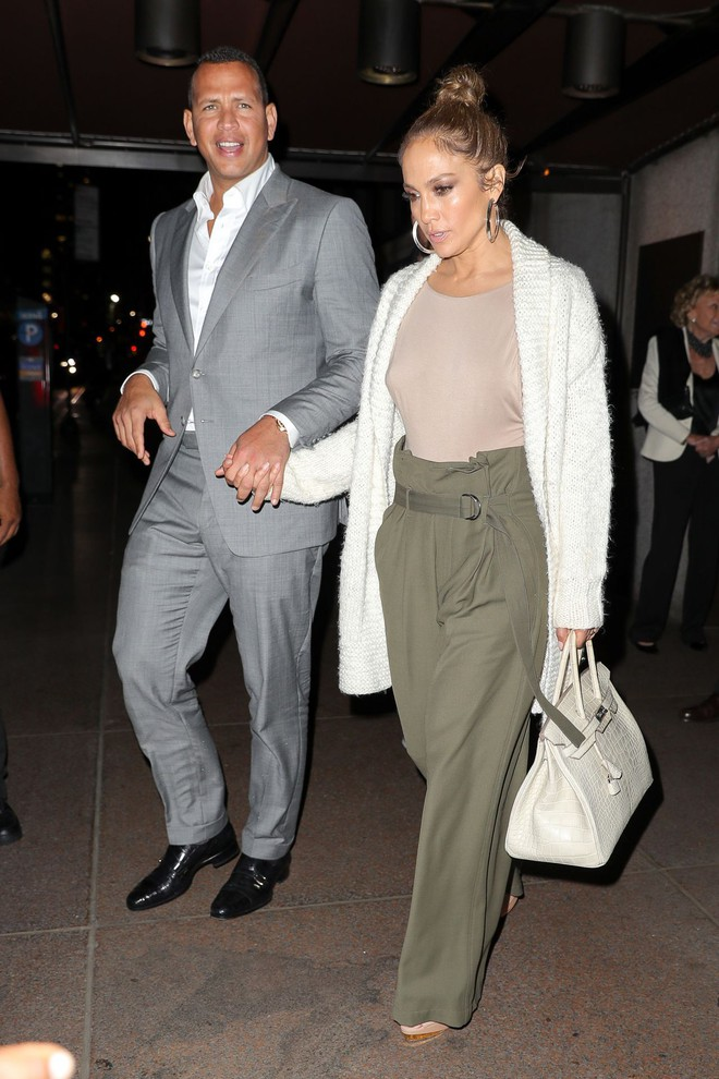 Cách Jennifer Lopez cùng bồ trẻ chứng minh tình yêu: Diện đồ tông xuyệt tông với nhau bất cứ khi nào có thể - ảnh 5