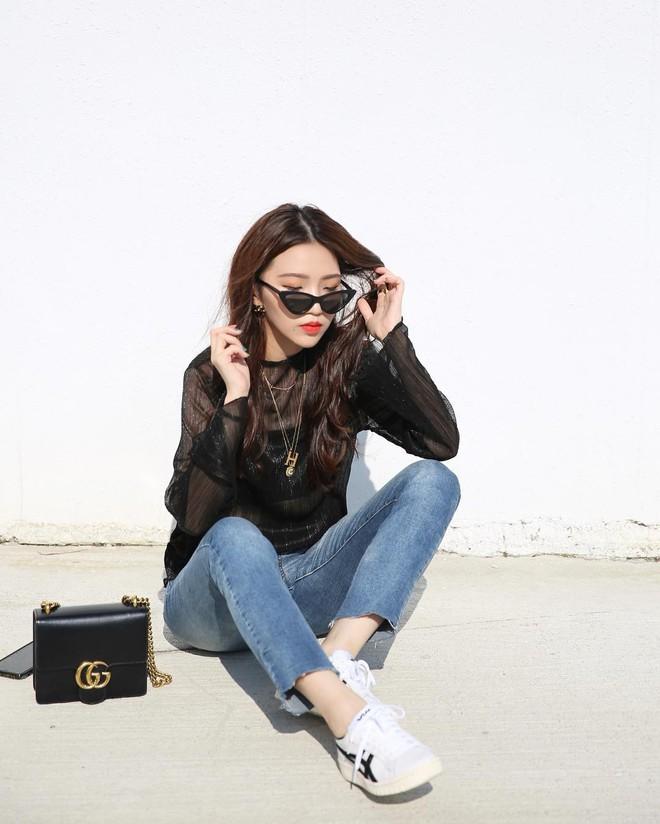 20 gợi ý cho thấy sneakers trắng chính là đôi giày thiên biến vạn hóa đẹp quên sầu với đủ mọi set đồ - ảnh 5