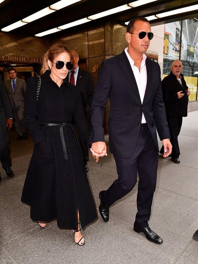 Cách Jennifer Lopez cùng bồ trẻ chứng minh tình yêu: Diện đồ tông xuyệt tông với nhau bất cứ khi nào có thể - ảnh 6