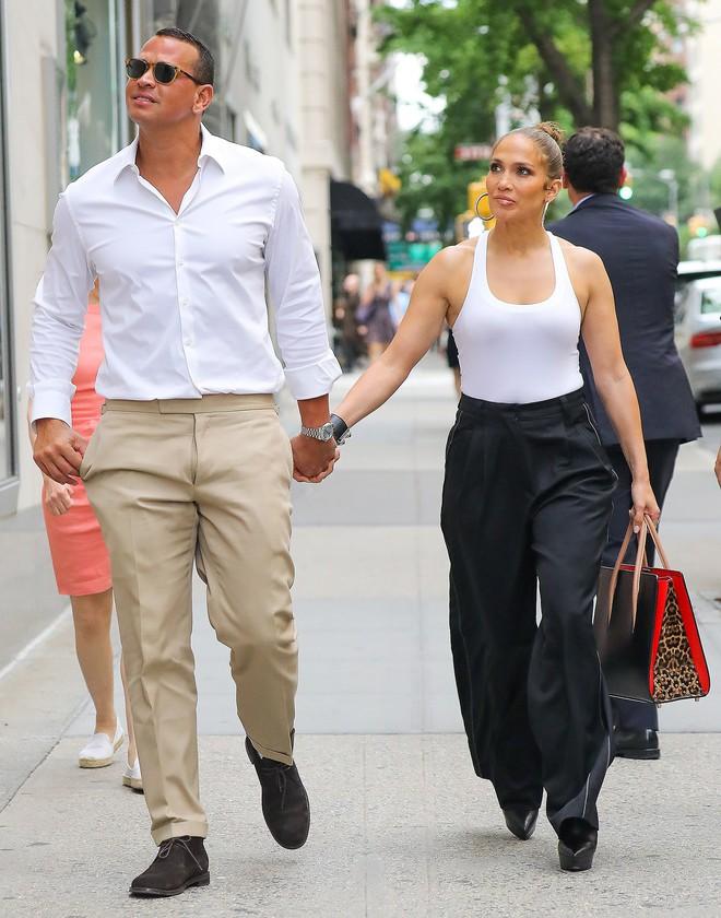 Cách Jennifer Lopez cùng bồ trẻ chứng minh tình yêu: Diện đồ tông xuyệt tông với nhau bất cứ khi nào có thể - ảnh 8