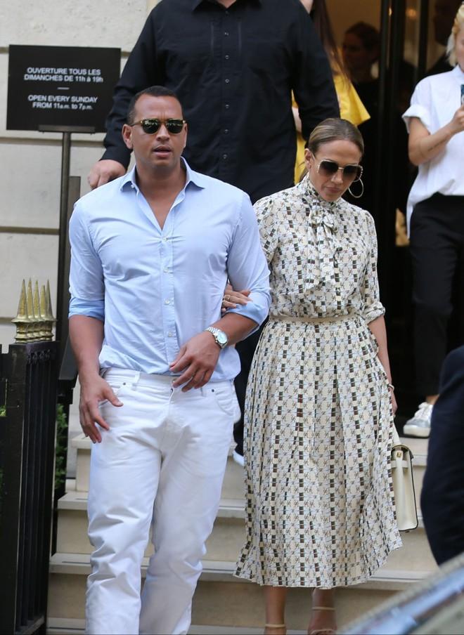 Cách Jennifer Lopez cùng bồ trẻ chứng minh tình yêu: Diện đồ tông xuyệt tông với nhau bất cứ khi nào có thể - ảnh 9