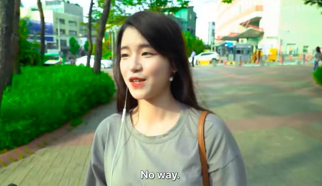 Thử thách tẩy trang nơi công cộng: Xem gái Hàn thu hết dũng khí tự lột trần mình trước đám đông - ảnh 1