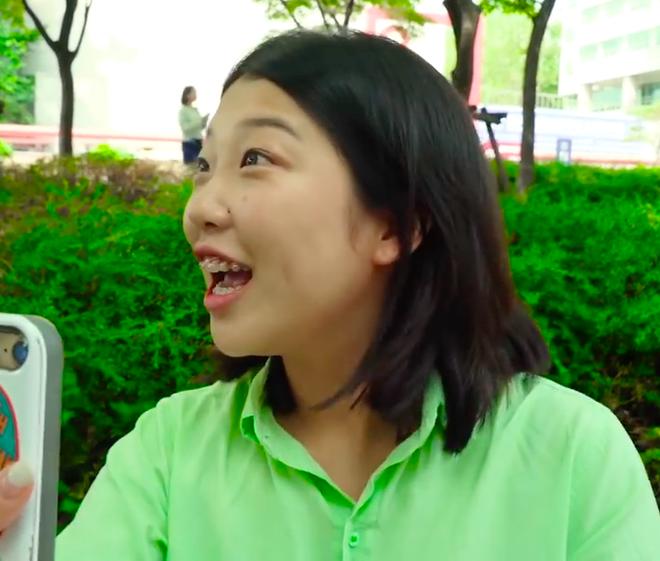Thử thách tẩy trang nơi công cộng: Xem gái Hàn thu hết dũng khí tự lột trần mình trước đám đông - ảnh 23