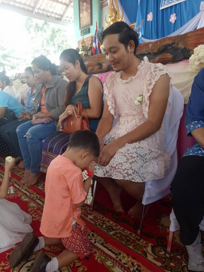 """Sự thật nghẹn ngào đằng sau hình ảnh ông bố mặc váy rồi đến trường con tham gia """"Ngày của mẹ"""" ở Thái Lan - ảnh 1"""