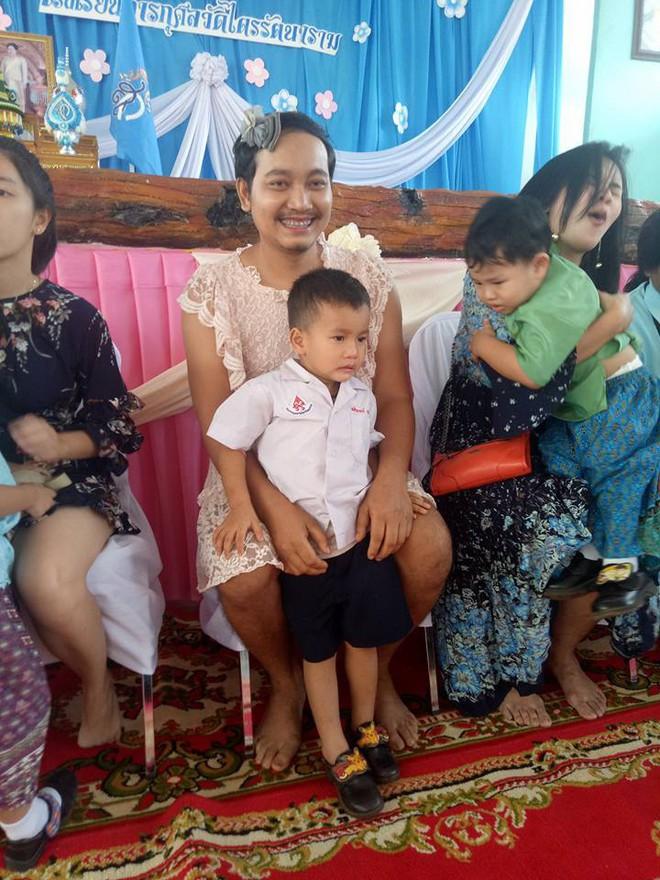 """Sự thật nghẹn ngào đằng sau hình ảnh ông bố mặc váy rồi đến trường con tham gia """"Ngày của mẹ"""" ở Thái Lan - ảnh 2"""