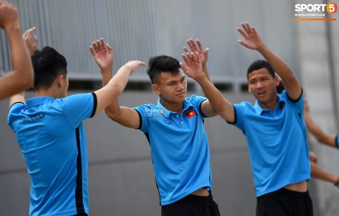 Olympic Việt Nam phải tập cạnh mương, cống thoát nước thải - ảnh 1