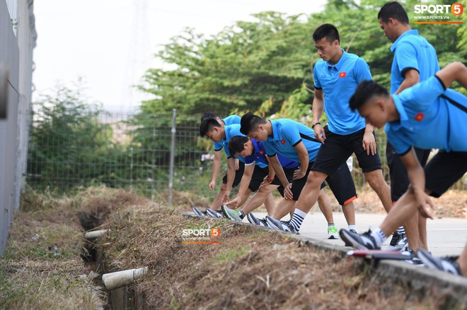 Olympic Việt Nam phải tập cạnh mương, cống thoát nước thải - ảnh 2
