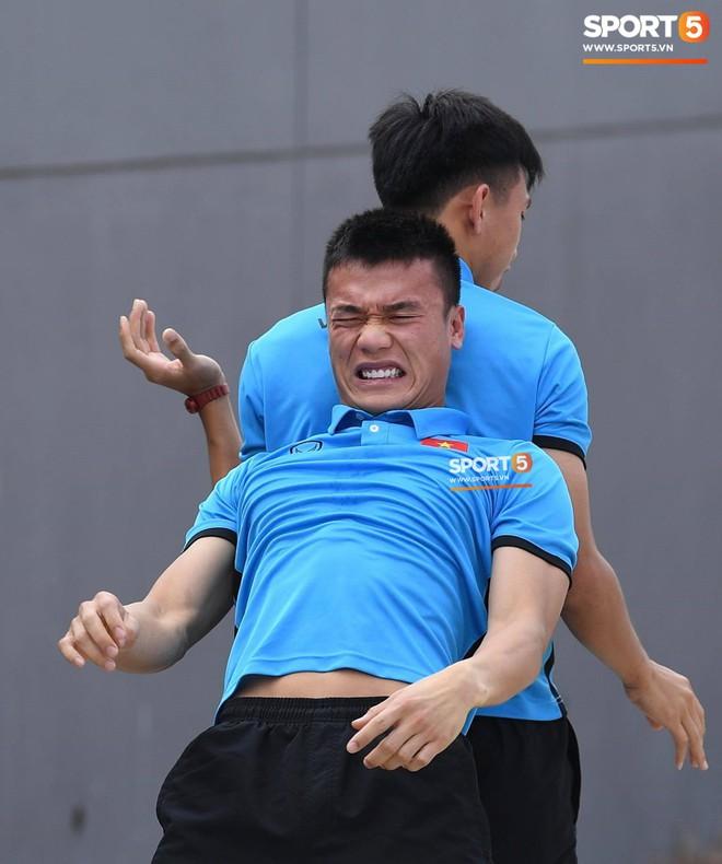 Olympic Việt Nam phải tập cạnh mương, cống thoát nước thải - ảnh 11
