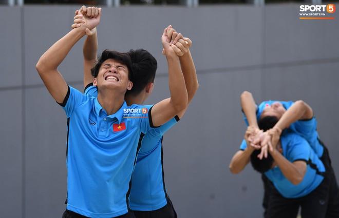 Olympic Việt Nam phải tập cạnh mương, cống thoát nước thải - ảnh 12