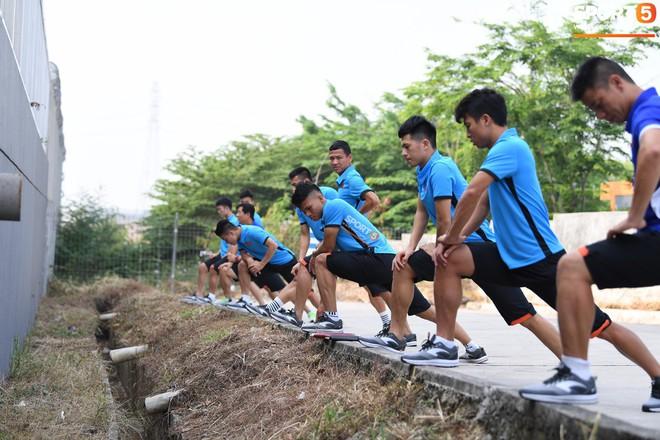 Olympic Việt Nam phải tập cạnh mương, cống thoát nước thải - ảnh 3