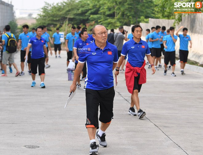 HLV Park Hang Seo cẩn thận cùng ban huấn luyện ngăn xe cho học trò băng qua đường tập luyện - ảnh 8
