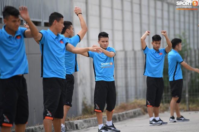 Olympic Việt Nam phải tập cạnh mương, cống thoát nước thải - ảnh 10