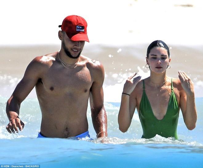 Vòng 3 trái ngược của Kendall Jenner và chị gái: Người vừa vặn tự nhiên, kẻ bơm to đến mức khác thường - ảnh 6