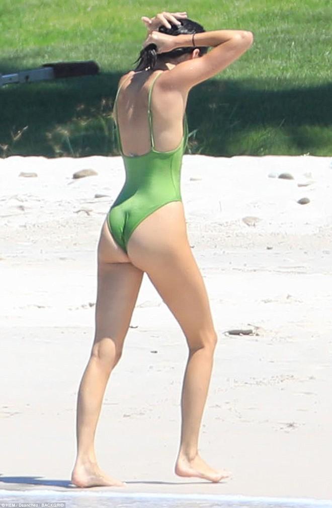 Vòng 3 trái ngược của Kendall Jenner và chị gái: Người vừa vặn tự nhiên, kẻ bơm to đến mức khác thường - ảnh 2