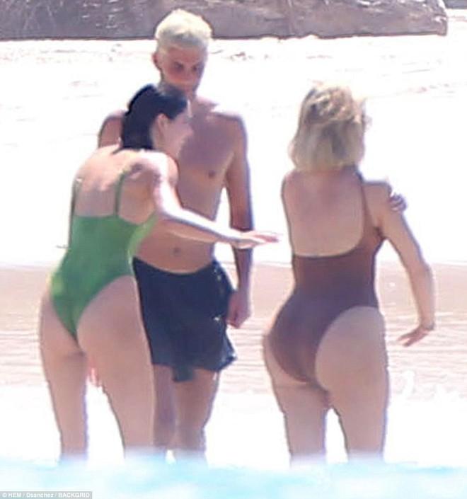 Vòng 3 trái ngược của Kendall Jenner và chị gái: Người vừa vặn tự nhiên, kẻ bơm to đến mức khác thường - ảnh 9