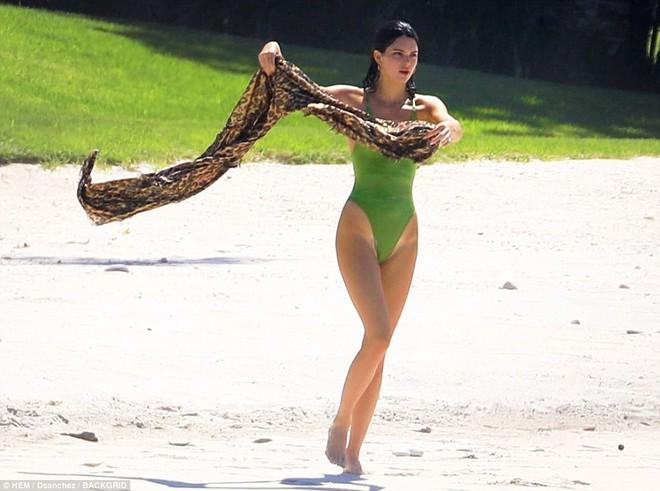 Vòng 3 trái ngược của Kendall Jenner và chị gái: Người vừa vặn tự nhiên, kẻ bơm to đến mức khác thường - ảnh 5