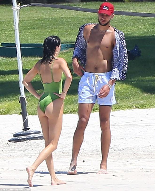 Vòng 3 trái ngược của Kendall Jenner và chị gái: Người vừa vặn tự nhiên, kẻ bơm to đến mức khác thường - ảnh 3