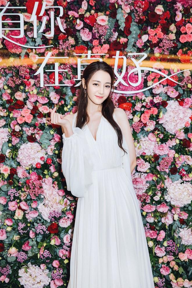 Diện hẳn váy cưới đi dự sự kiện, nên gọi Địch Lệ Nhiệt Ba là cô dâu xinh đẹp hay tiên nữ giữa vườn hoa? - ảnh 1