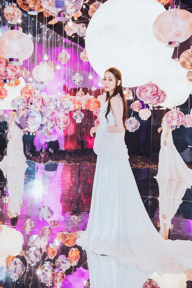 Diện hẳn váy cưới đi dự sự kiện, nên gọi Địch Lệ Nhiệt Ba là cô dâu xinh đẹp hay tiên nữ giữa vườn hoa? - ảnh 2