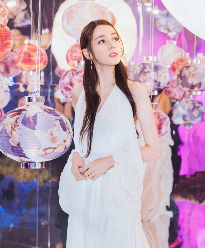 Diện hẳn váy cưới đi dự sự kiện, nên gọi Địch Lệ Nhiệt Ba là cô dâu xinh đẹp hay tiên nữ giữa vườn hoa? - ảnh 6