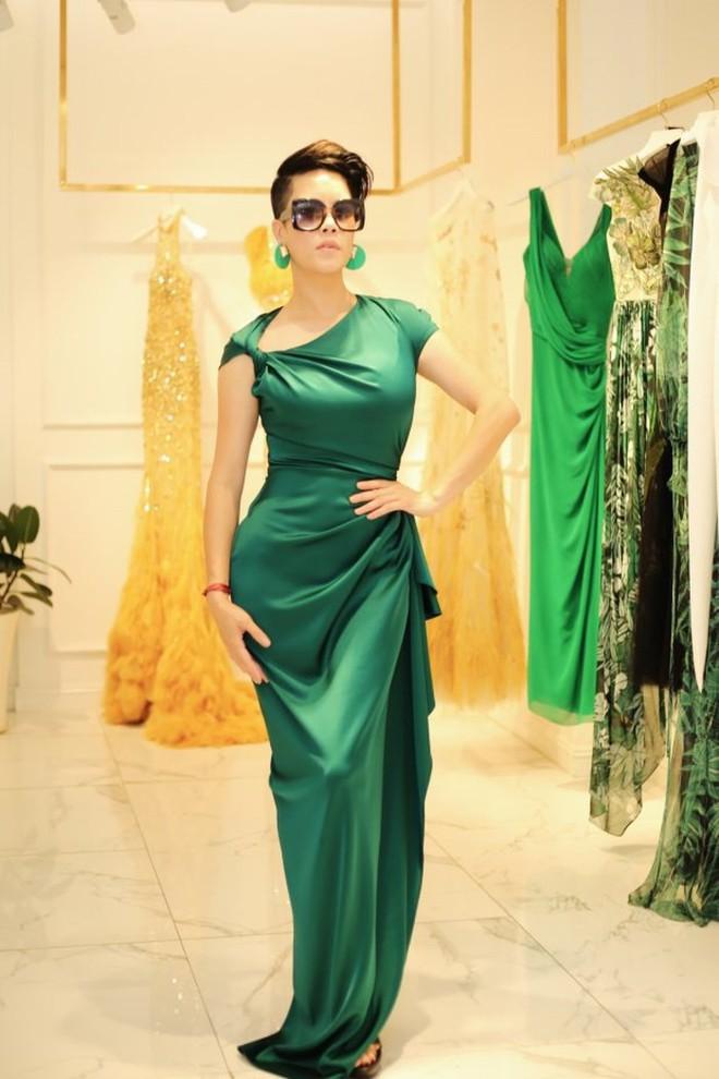 Dù gấp đôi tuổi Hoa hậu Kỳ Duyên nhưng ca sĩ Thu Phương vẫn rất tự tin khi diện cùng một thiết kế váy này - ảnh 1