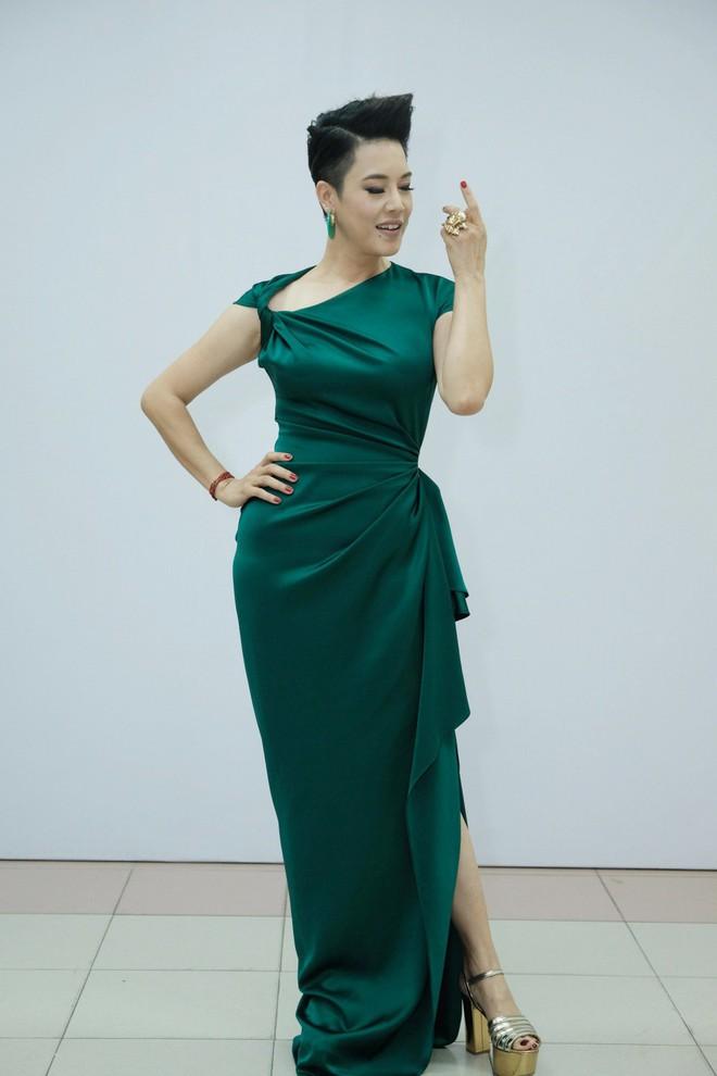 Dù gấp đôi tuổi Hoa hậu Kỳ Duyên nhưng ca sĩ Thu Phương vẫn rất tự tin khi diện cùng một thiết kế váy này - ảnh 2