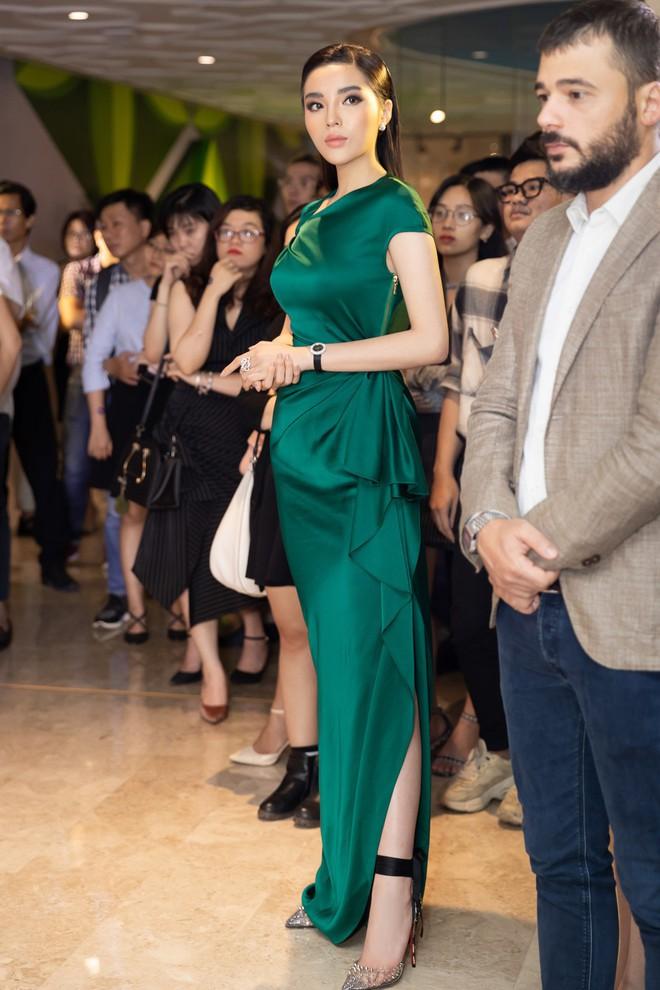 Dù gấp đôi tuổi Hoa hậu Kỳ Duyên nhưng ca sĩ Thu Phương vẫn rất tự tin khi diện cùng một thiết kế váy này - ảnh 3