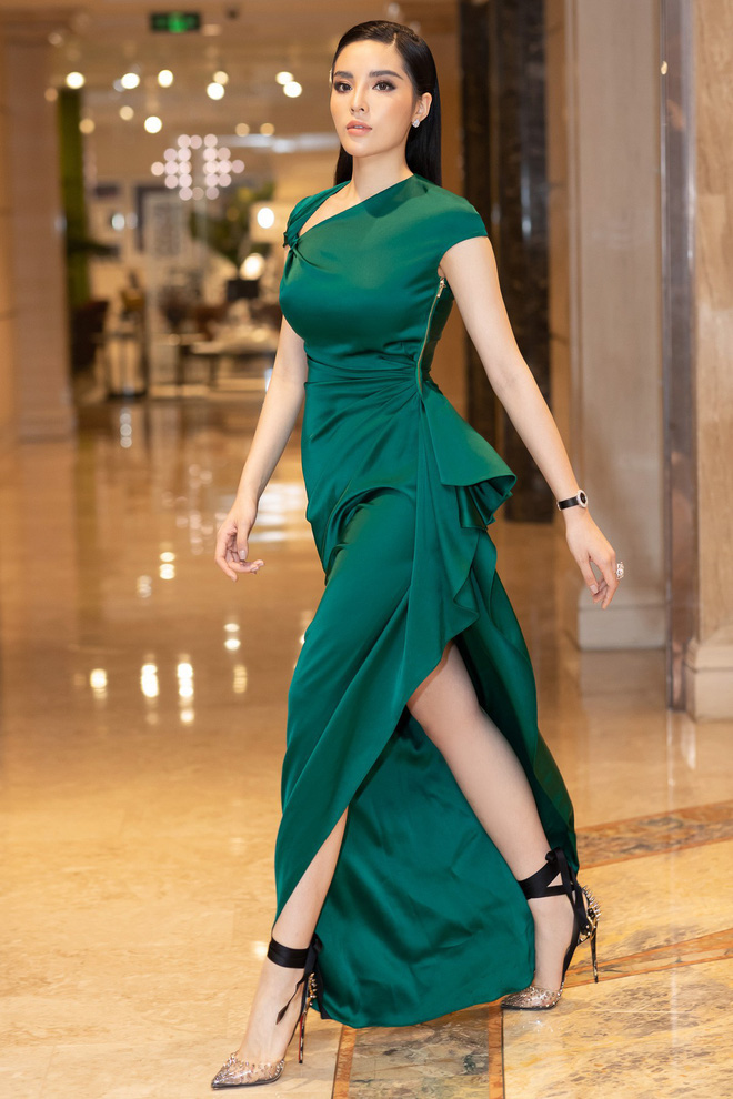 Dù gấp đôi tuổi Hoa hậu Kỳ Duyên nhưng ca sĩ Thu Phương vẫn rất tự tin khi diện cùng một thiết kế váy này - ảnh 4