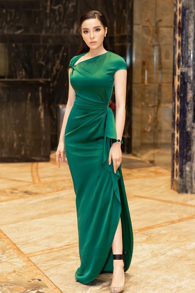 Dù gấp đôi tuổi Hoa hậu Kỳ Duyên nhưng ca sĩ Thu Phương vẫn rất tự tin khi diện cùng một thiết kế váy này - ảnh 5