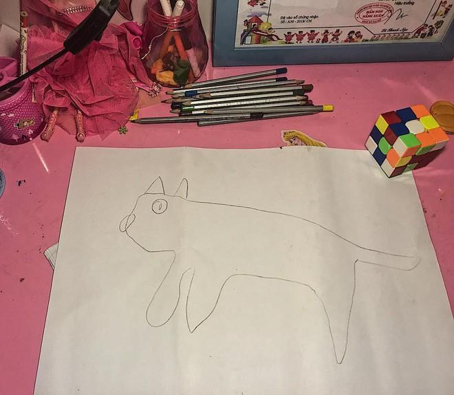 Góc sáng tạo: Được cô giáo giao bài tập vẽ con mèo, bé gái bê luôn boss nhà ra photo cho nhanh - Ảnh 2.