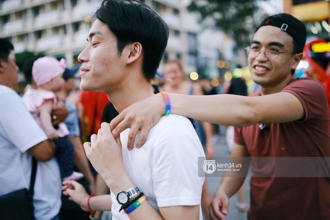 Ngày hội tự hào LGBTI+ Sài Gòn: Những khoảnh khắc đáng nhớ khi phố đi bộ Nguyễn Huệ rợp cờ cầu vồng - Ảnh 2.