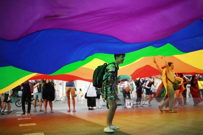 Ngày hội tự hào LGBTI+ Sài Gòn: Những khoảnh khắc đáng nhớ khi phố đi bộ Nguyễn Huệ rợp cờ cầu vồng - Ảnh 9.