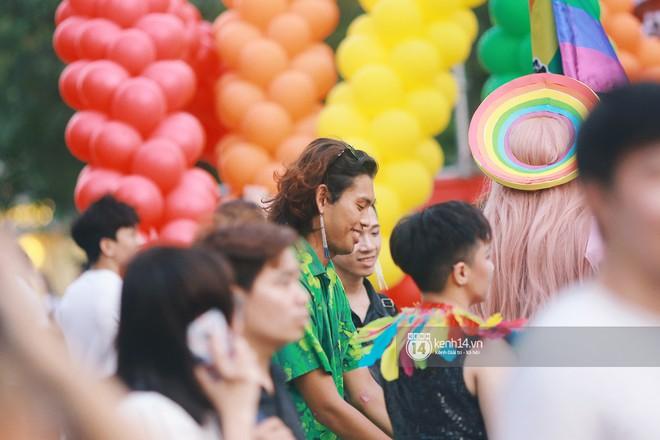 Ngày hội tự hào LGBTI+ Sài Gòn: Những khoảnh khắc đáng nhớ khi phố đi bộ Nguyễn Huệ rợp cờ cầu vồng - Ảnh 14.