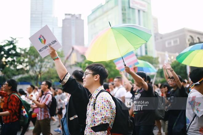 Ngày hội tự hào LGBTI+ Sài Gòn: Những khoảnh khắc đáng nhớ khi phố đi bộ Nguyễn Huệ rợp cờ cầu vồng - Ảnh 13.