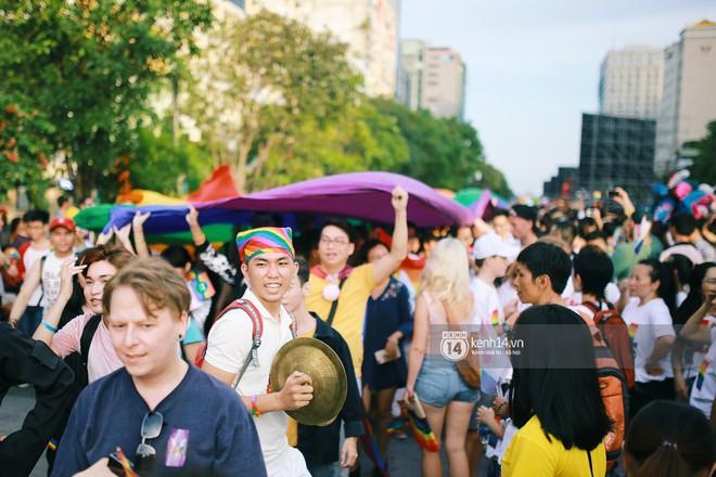 Ngày hội tự hào LGBTI+ Sài Gòn: Những khoảnh khắc đáng nhớ khi phố đi bộ Nguyễn Huệ rợp cờ cầu vồng - Ảnh 15.