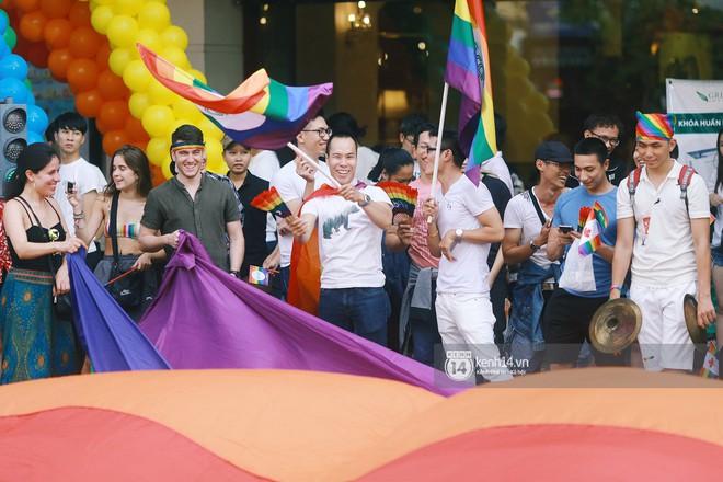 Ngày hội tự hào LGBTI+ Sài Gòn: Những khoảnh khắc đáng nhớ khi phố đi bộ Nguyễn Huệ rợp cờ cầu vồng - Ảnh 3.