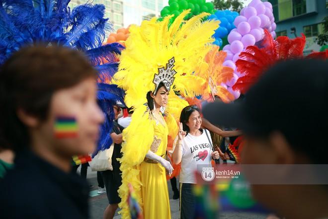 Ngày hội tự hào LGBTI+ Sài Gòn: Những khoảnh khắc đáng nhớ khi phố đi bộ Nguyễn Huệ rợp cờ cầu vồng - Ảnh 12.