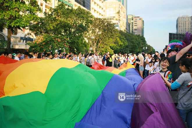 Ngày hội tự hào LGBTI+ Sài Gòn: Những khoảnh khắc đáng nhớ khi phố đi bộ Nguyễn Huệ rợp cờ cầu vồng - Ảnh 8.