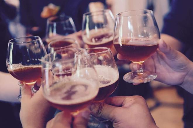 Không có liều lượng nào là an toàn khi uống rượu cả - nghiên cứu quy mô 26 năm cho biết - ảnh 1