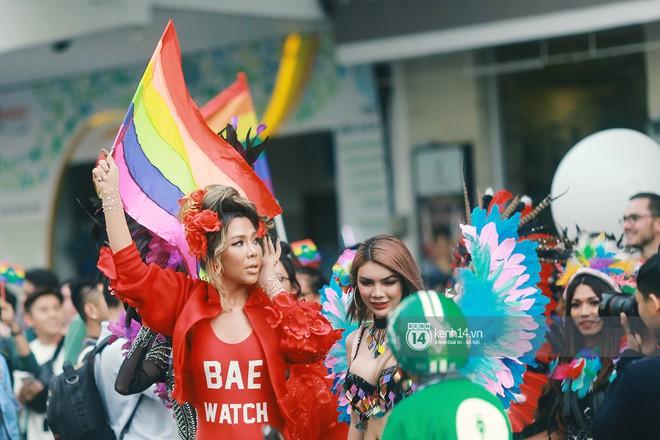 Ngày hội tự hào LGBTI+ Sài Gòn: Những khoảnh khắc đáng nhớ khi phố đi bộ Nguyễn Huệ rợp cờ cầu vồng - Ảnh 6.