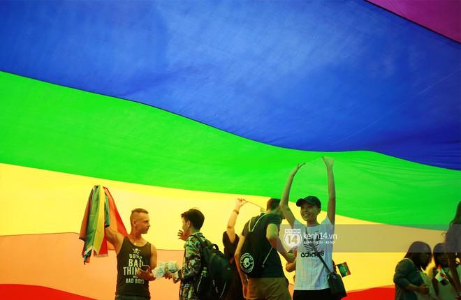 Ngày hội tự hào LGBTI+ Sài Gòn: Những khoảnh khắc đáng nhớ khi phố đi bộ Nguyễn Huệ rợp cờ cầu vồng - Ảnh 16.