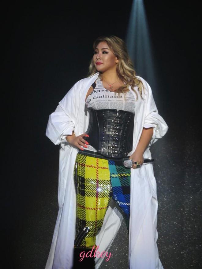 Độc quyền từ Sing: CL diện quần áo lùm xùm trong lần đầu biểu diễn sau khi gây sốc với thân hình phát tướng - Ảnh 4.