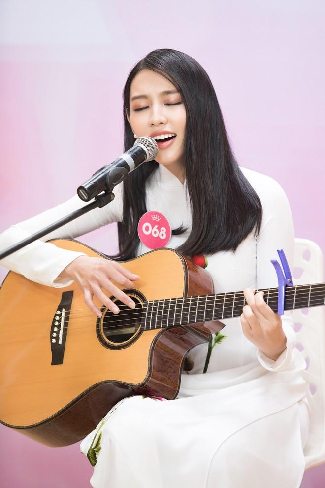 Vợ chồng Cẩm Ly bất ngờ xuất hiện tại vòng sơ khảo tài năng của thí sinh Hoa hậu Việt Nam 2018 - Ảnh 4.