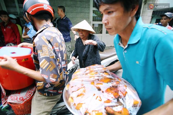 Cận cảnh người Sài Gòn chờ hàng giờ đồng hồ, tranh mua mâm cua dì Ba chỉ bán 10 phút là hết sạch - Ảnh 5.