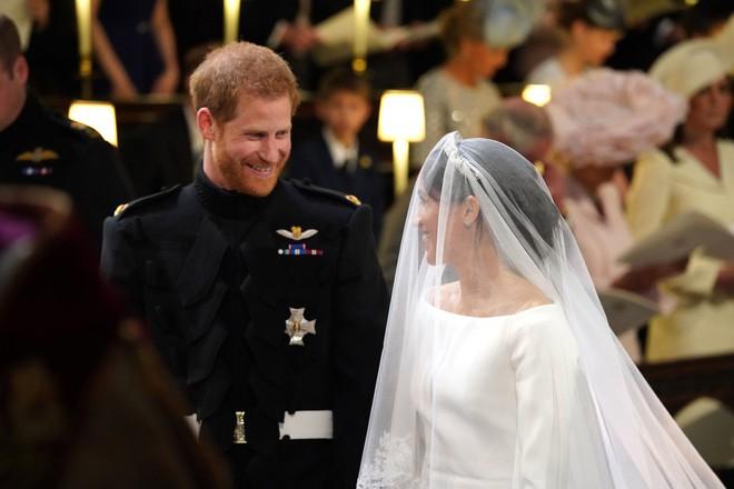 Ít ai biết rằng sau đám cưới, Hoàng tử Harry đã liên tục nói điều này với chuyên gia trang điểm của Meghan Markle - ảnh 3