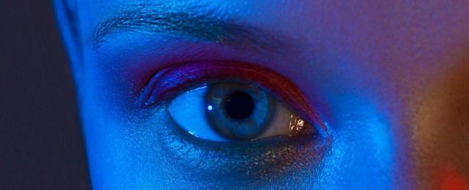 Thêm một lý do để ngưng xem điện thoại buổi đêm: nguy cơ ảnh hưởng mắt là có thật - Ảnh 2.